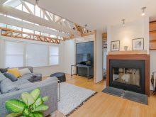 Salon chaleureux avec canapé et cheminée
