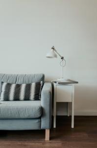 Canapé gris avec lampe blanche