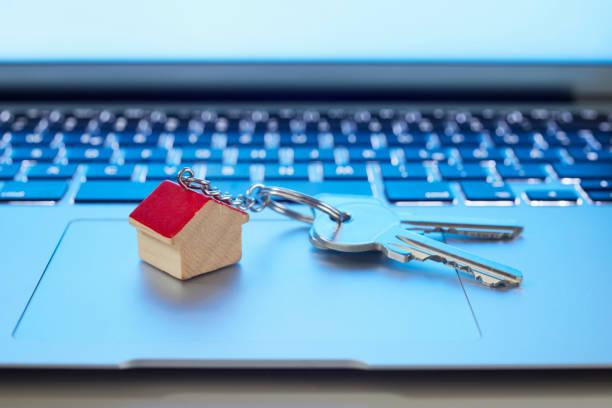 Trousseau de clefs avec porte-clef maison sur un ordinateur portable