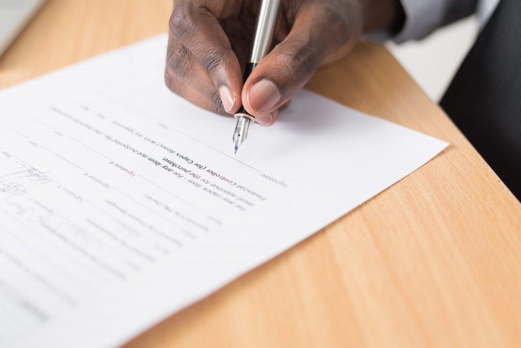 Propriétaire qui signe un contrat d'assurance loyer impayé